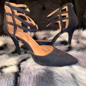 Black pointed-toe heel